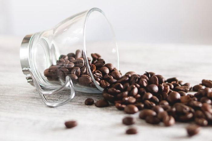 ziarna kawy szklanka