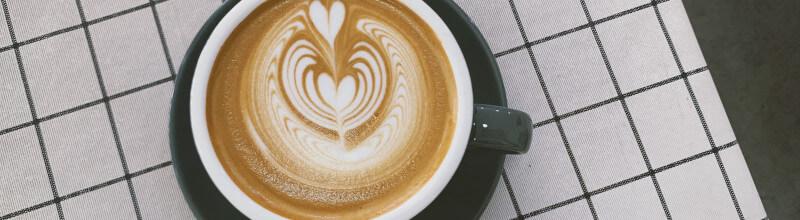 Kawa na obrusie